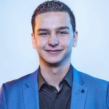Mike Lezaire (26) beëdigd als raadslid Stede Broec
