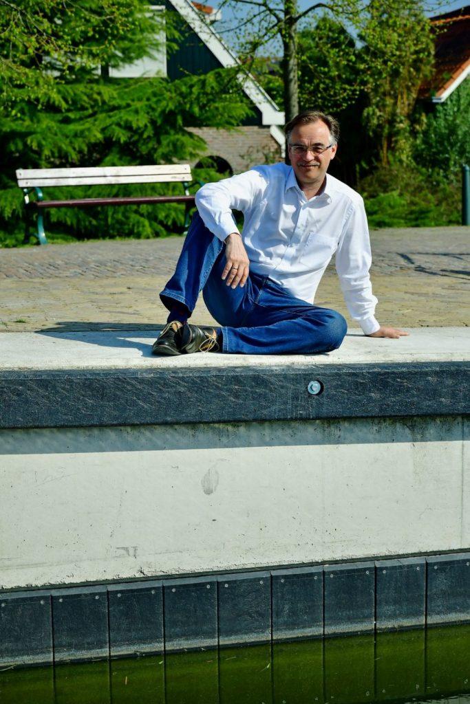 Wethouder Ton Schuitemaker bij de vernieuwde kademuur bij Broekerhaven.