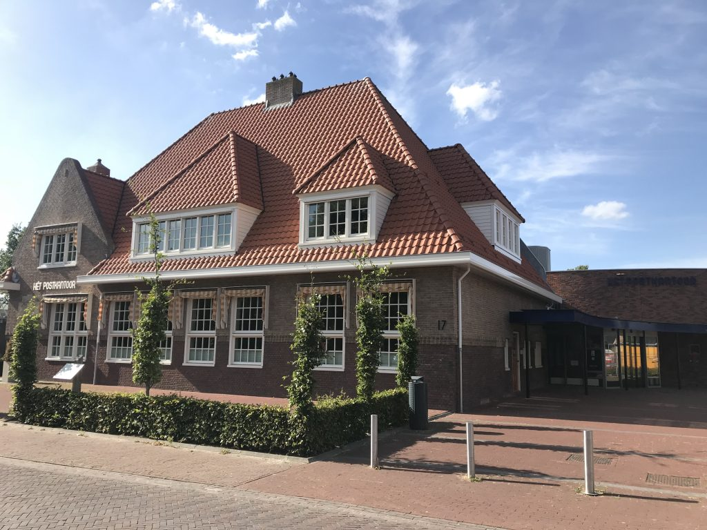 Het Postkantoor in de zomer, dicht
